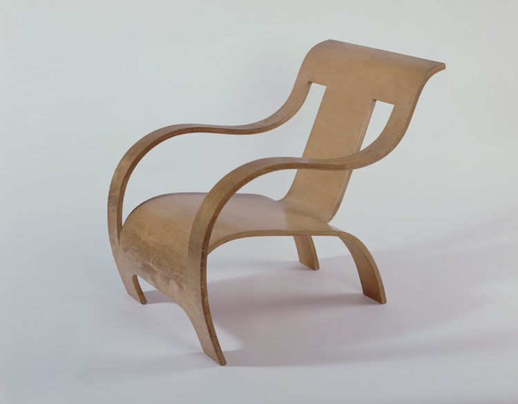 Gerald Summers. Armchair, 1934. Manufactured by Makers of Simple Furniture. Moulded 13-ply birch plywood. © Sainsbury Centre, University of East Anglia.