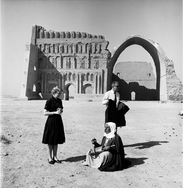 Latif Al Ani. US couple in Ctesiphon, 1965. B+W digital print on Hahnemühle Baryta Fine Art paper, 25 x 25 cm. © The artist and the Arab Image Foundation, Courtesy the Ruya Foundation.