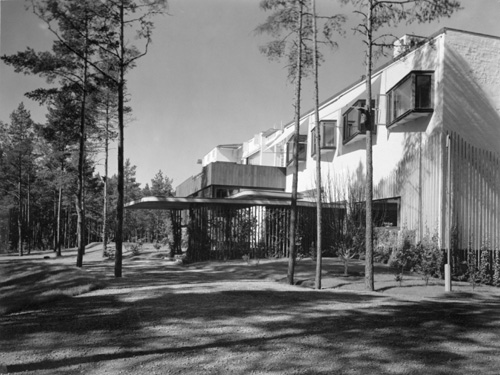 Alvar Aalto. Villa Mairea, Noormarkku, Finland 1938-39. View of north-east corner with main entrance canopy. Image courtesy of the Alvar Aalto Museum, Jyväskylä © Gustaf Welin
