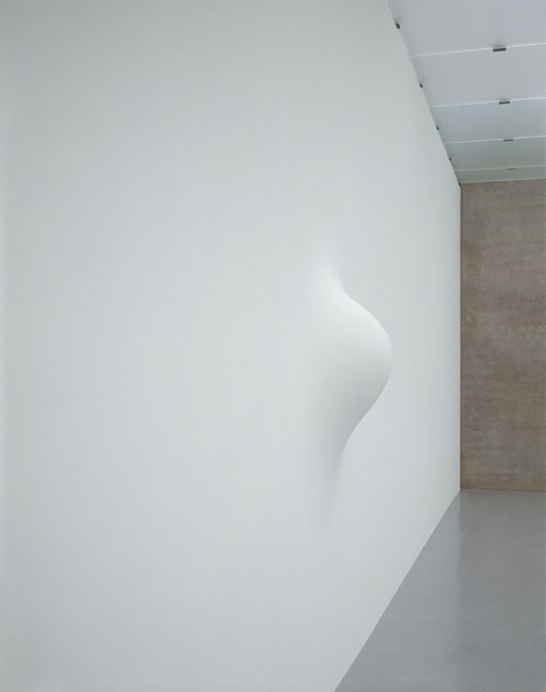 Anish Kapoor. <em>When I am Pregnant</em>, 1992. Fibreglass, wood and paint, 180.5 x 180.5 x 43 cm. Courtesy the artist and Kunsthaus Bregenz. Photo: Nic Tenwiggenhorn. © the artist 2011.
