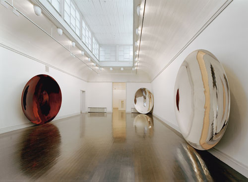Anish Kapoor. <em>Her Blood</em>, 1998. Stainless steel and lacquer, three parts, each 349 x 349 x 41.6 cm. Tate. Purchased with assistance from Tate Members, with funds provided by the Estate of Father John Munton, the artist, and Nicholas Logsdail 2003. Photo: Jussi Tianen, Helsinki. © the artist 2011.