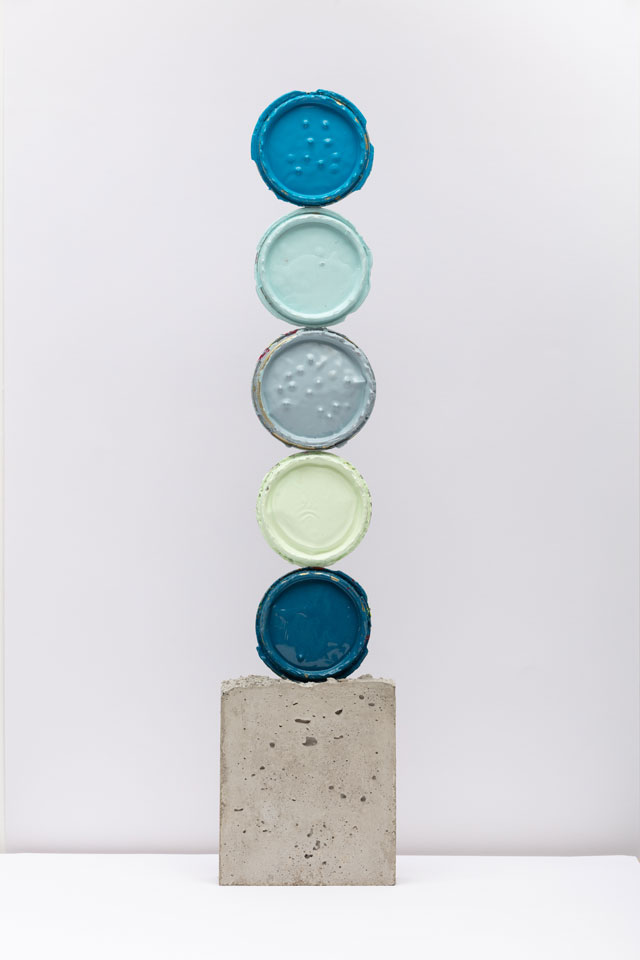 David Batchelor. Geo-Concreto 06, 2018. Tin lids, gloss paint and concrete, 69 x 15 x 5 cm. Photo: Lucy Dawkins. Courtesy of the Artist and Ingleby, Edinburgh.