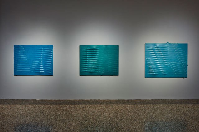 Agostino Bonalumi. Left: Azzurro (Light Blue), 1989. Shaped canvas and vinyl tempera, 114 x 146 cm; Right: Azzurro (Light Blue), 1988. Shaped canvas and vinyl tempera, 130 x 162 cm; Centre: Verde (Green), 1988. Private collection. © ALTO//PIANO – Agostino Osio photography.