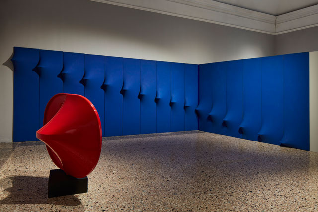 Agostino Bonalumi. Blue abitabile (opera ambiente) [Inhabitable Blue (environmental artwork], 1967. Shaped canvas and vinyl tempera, 300 x 340 cm. Private collection. © ALTO//PIANO – Agostino Osio photography.