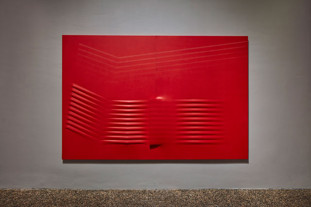 Agostino Bonalumi. Rosso (Red), 1981. Shaped canvas and vinyl tempera, 200 x 300 cm. Mazzoleni, London-Turin. © ALTO//PIANO – Agostino Osio photography.