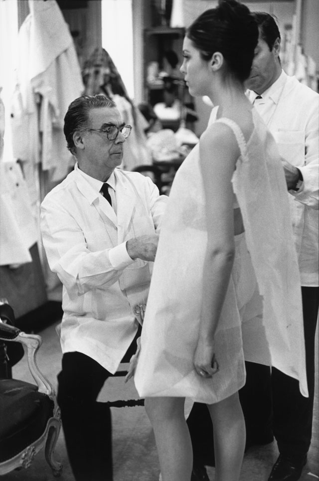 Cristóbal Balenciaga at work, Paris, 1968. Photograph by Henri Cartier-Bresson © Henri Cartier-Bresson, Magnum Photos.