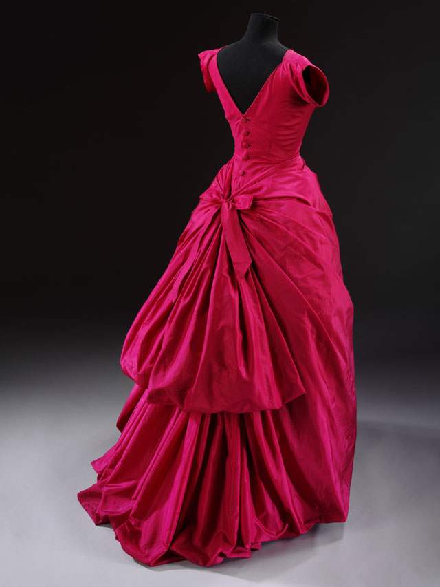 Evening dress, silk taffeta, Cristóbal Balenciaga, Paris, 1955. © Victoria and Albert Museum, London.
