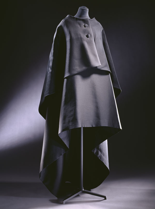Evening gown and cape, ziberline, Cristóbal Balenciaga, Paris, 1967. © Victoria and Albert Museum, London.