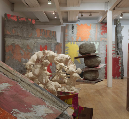 Phyllida Barlow. Installation view: set, The Fruitmarket Gallery, Edinburgh, 2015. Courtesy the artist and Hauser & Wirth. Photograph: Ruth Clark.