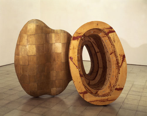 Richard Deacon. Kiss and Tell, 1989. Epoxy, plywood, steel and timber, 176 x 226 x 170 cm. © the artist. Courtesy of Arts Council Collection, Southbank Centre, London.