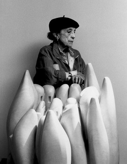 Louise Bourgeois in 1990 with her marble sculpture Eye to Eye (1970). Photo: Raimon Ramis © Louise Bourgeois