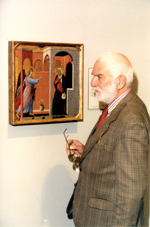 Sir Anthony Caro looking at Duccio's Annunciation at the National Gallery in 2000. © Courtesy the Caro family.