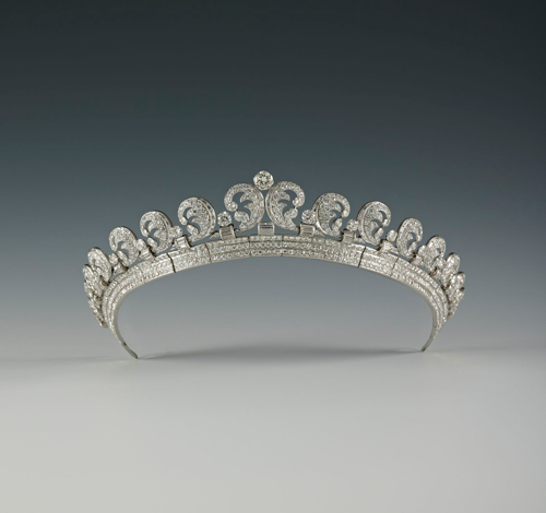 Diadème Halo, Cartier London, 1936. Platine, Diamants ronds taille ancienne et baguette hauteur au centre 4.0 cm. The Royal Collection/Her Majesty Queen Elizabeth II, London. © Royal Collection Trust / © Her Majesty Queen Elizabeth II 2013.