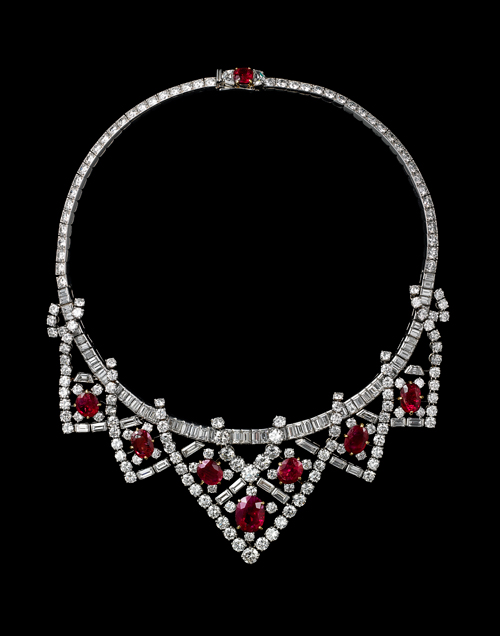 Collier, Cartier Paris, 1951, transformé en 1953. Platine, or, diamants taille brillant, baguette et de forme fantaisie, 8 rubis birmans de forme coussin et ovale, facettés ce collier peut se porter en diadème grâce à une monture spéciale. Provenance: Elizabeth Taylor. Longueur 37.5 cm. Collection Cartier. Photograph: V. Wulveryck, Collection Cartier © Cartier.