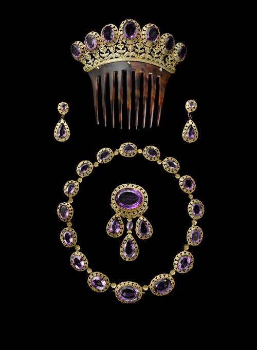 Parure, Cartier Paris, v 1860. Or, améthystes de forme ovale et poire facettées, écaille collier 42.5 cm; peigne 11.3 x 12 cm; Broche 8 x 4 cm; Boucles d'oreille 4 x 1.7 cm. Collection Cartier. Photograph: V. Wulveryck, Collection Cartier © Cartier.