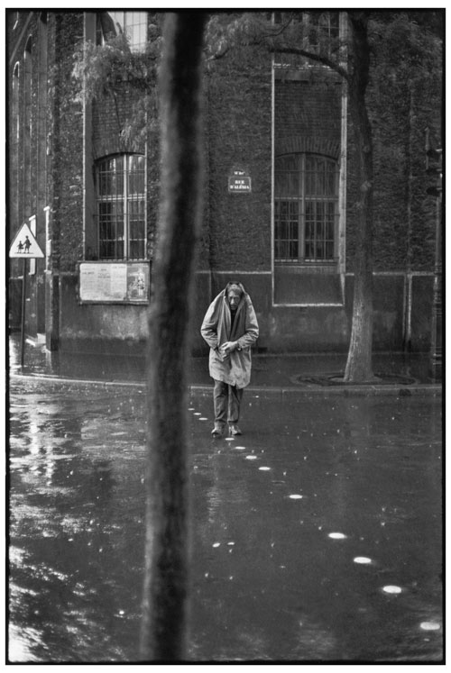 Henri Cartier-Bresson. Alberto Giacometti, rue d'Alésia, Paris, France, 1961. Collection Fondation Henri Cartier-Bresson, Paris