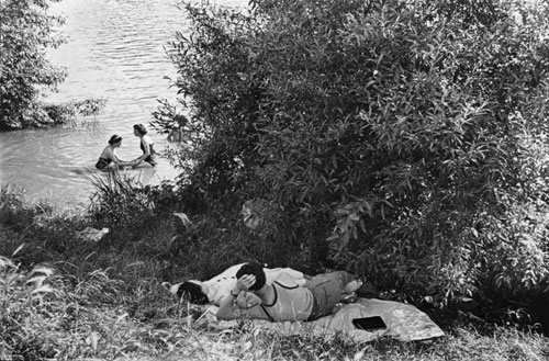 Henri Cartier-Bresson. Premiers congés payés, bords de Seine, France, 1936. Collection Fondation Henri Cartier-Bresson, Paris