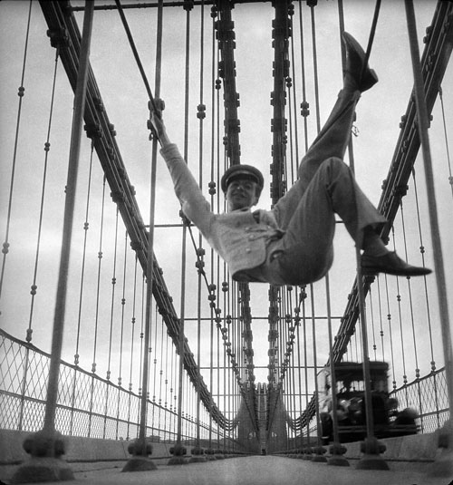 Cecil Beaton.<em> Self-Portrait on the Brooklyn Bridge, New York City,</em> ca1929. &copy; Cecil Beaton Studio Archive at Sotheby&rsquo;s. Courtesy Cecil Beaton Studio Archive at Sotheby&rsquo;s.