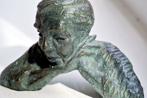 Celia Scott. <em>Head in Hands</em>, 2000. Maquette of Colin Rowe from memory. Bronze, 10 x 15 x 7 cm. © the artist.