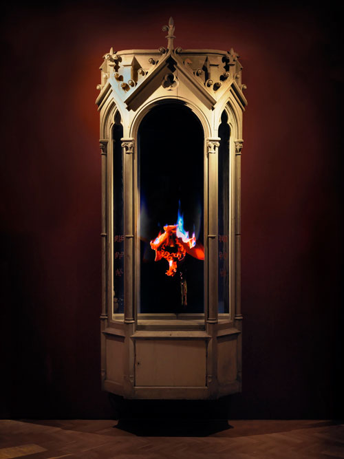 Mat Collishaw. Auto-Immolation, 2010. Hard drive, LCD screen, steel, surveillance mirror, wood, 300 x 114 x 52 cm. Courtesy of the artist and Blain|Southern.