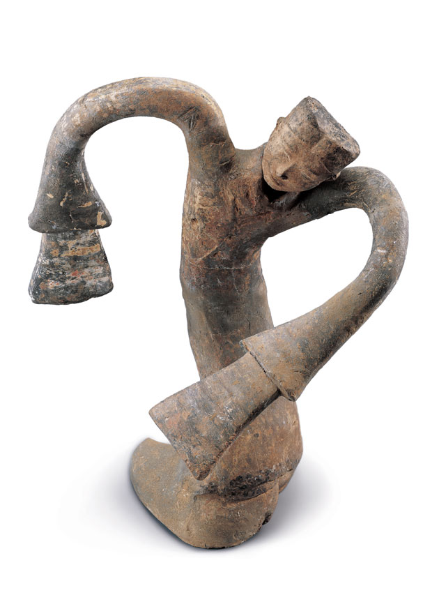 Earthenware tomb figurine of dancer, Western Han (206 BCE – 8 CE), H 45 cm (17 3/4 in), W 42 cm (16 9/16 in), excavated in 2000 from the King of Chu's tomb at Tuolanshan. Collection of the Xuzhou Museum. 陶绕襟衣舞俑,西汉,高45、宽42厘米,2000年驮篮山楚王墓出土,徐州博物馆藏