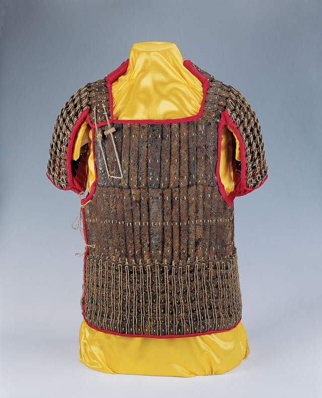 Iron lamellar armour, Western Han (206 BCE – 8 CE), H 72 cm (28 3/8 in), W 68 cm (26 13/16 in), D 28 cm (11 1/16 in), excavated in 1995 from the King of Chu's tomb at Shizishan. Collection of the Xuzhou Museum. 铁札甲,西汉,高72、宽68、厚28厘米,1995年狮子山楚王墓出土,徐州博物馆藏