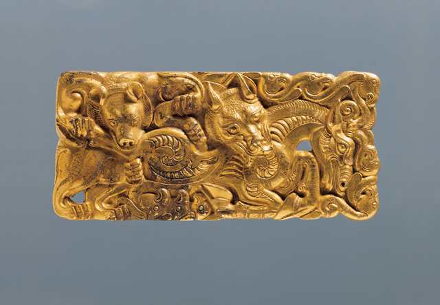 Gold belt buckle (with prong), detail, Western Han (206 BCE – 8 CE), Buckle plates: L 13.3 cm (5 1/4 in) each, W. 6 cm (2 3/8 in) each, Wt 273.2 g (9.64 oz.) and 277 g (9.77 oz.); Buckle prong: L 3.3 cm (1 5/16 in), W 0.5 cm (3/16 in), Wt.5.8 g (0.20 oz), excavated in 1995 from the King of Chu's tomb at Shizishan. Collection of the Xuzhou Museum. 金带扣(附扣舌),局部,西汉,带板:长13.3、宽6厘米,两板分别重273.2、277克;扣舌:长3.3、宽0.5厘米,重5.8克,1995年狮子山楚王墓出土,徐州博物馆藏