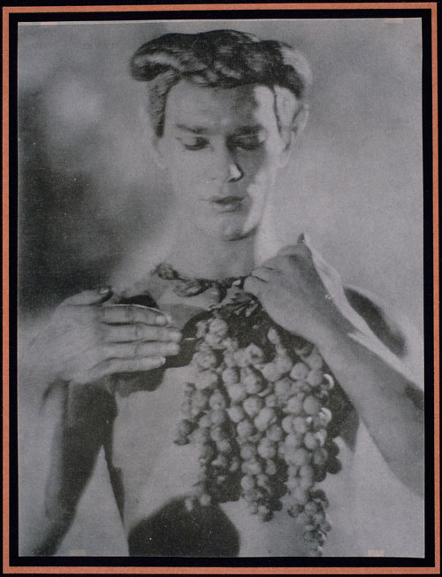 Adolphe (baron) De Meyer. <em>Nijinsky à mi-corps, tenant une grappe de raisins,</em> 1914. Epreuve photomécanique (collotype) – 20.9 x 15.8 cm. Collection Musée d'Orsay, Paris.