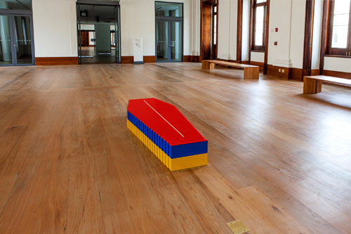 Fernando Arias. Lego Coffin (Homage to the Children of the Drug War), 2000. Lego and plywood, 28.5 x 190.5 x 70 cm. Daros Latinamerica Collection, Zürich. Photo: Foto Sergio Araujo. © collecting agency!