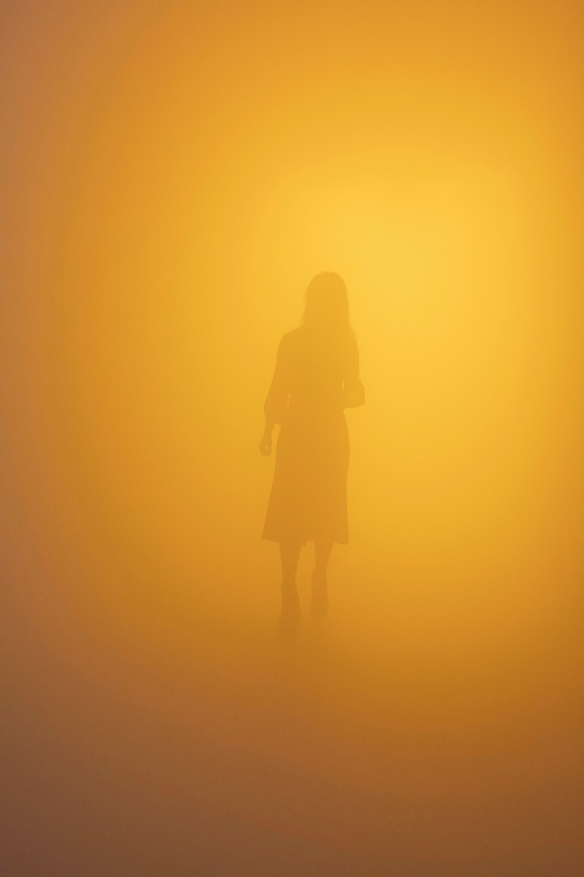 Olafur Eliasson. Din blinde passager (Your blind passenger), 2010. Fluorescent lamps, monofrequency lamps (yellow), fog machine, ventilator, wood, aluminium, steel, fabric, plastic sheet, dimensions variable. Installation view: Tate Modern, London, 2019. Photo: Anders Sune Berg. Courtesy of the artist; neugerriemschneider, Berlin; Tanya Bonakdar Gallery, New York / Los Angeles. © 2010 Olafur Eliasson.