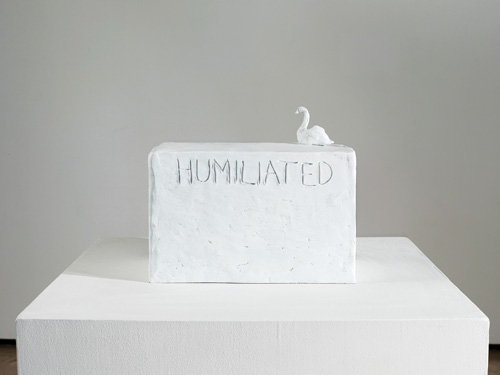 Tracey Emin. Humiliated, 2013. Bronze with white patina, 21.6 × 31.8 × 19.1 cm. Courtesy the artist and Lehmann Maupin, New York and Hong Kong. © Bildrecht, Vienna 2015.