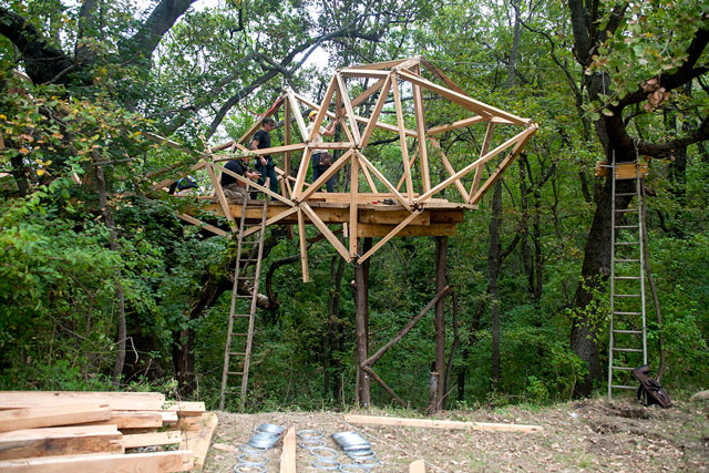 Consortium Instabile (Treehouse/Radio Station), 2014. Photograph: Futurefarmers.