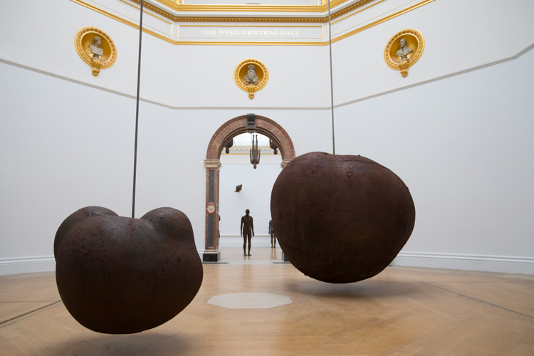 Antony Gormley, Body and Fruit, 1991/93. Cast iron and air, 233 × 265 × 226 cm (Body), 110.7 × 129.5 × 122.5 cm (Fruit). Installation view, Antony Gormley, Royal Academy of Arts, London, 21 September – 3 December 2019 © the Artist. Photo: David Parry / © Royal Academy of Arts.