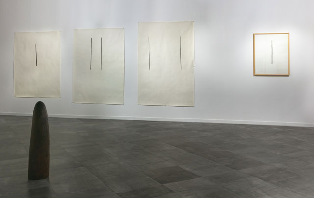 Jene Highstein. From left to right (works on paper): Untitled, charcoal on paper, 1975; Untitled, charcoal on paper, 1975; Untitled, charcoal on paper, 1975; Untitled, graphite on paper, 1983. Sculpture: Black walnut, wood, 1981. Copyright 2018, JPNF. Photograph: Musthafa Aboobacker.