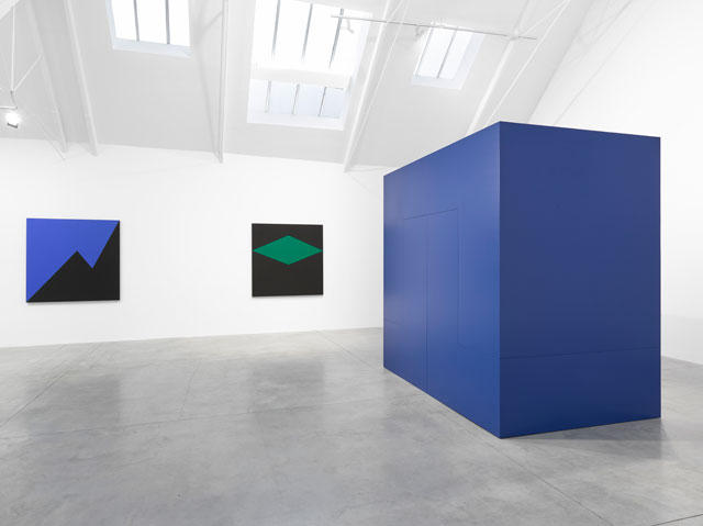 Carmen Herrera. Right: Pavanne, 1967/2017. 274.3 x 274.3 x 182.9 cm (108 x 108 x 72 in). Installation view, Lisson Gallery, London, 24 November – 13 January 2018. Courtesy Lisson Gallery.