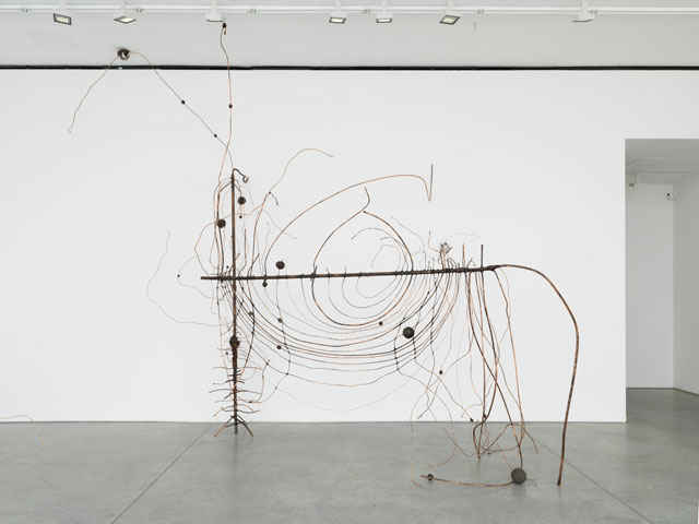Jay Heikes. Couper l'oeil, 2017. Copper, wax, aluminium foil, steel, steel slag, cast bronze, iron, 216 x 216 x 96 in (548.6 x 548.6 x 243.8 cm). Courtesy of the artist and Marianne Boesky Gallery, New York and Aspen. © Jay Heikes. Photograph: Jason Wyche.