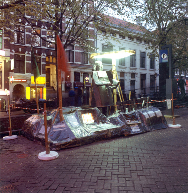 Thomas Hirschhorn. Spinoza Monument, 1999. Midnight Walkers City Sleepers, W 139, Amsterdam, 1999. Courtesy the artist.