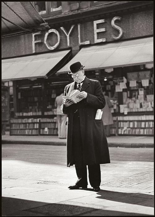 Wolfgang Suschitzky. <em>Charing Cross Road: Man reading, </em>c.1936&ndash;7. Modern gelatin silver print from original negative. &copy; The artist.