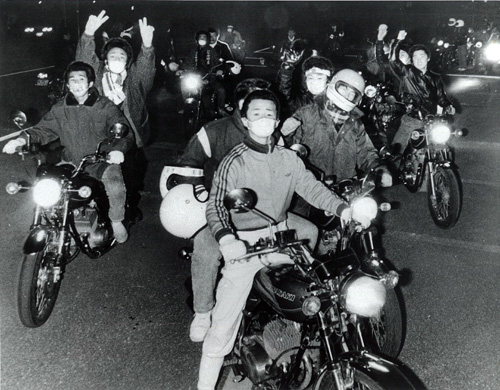 <p><em>Bosozoku on the road</em>, 1978. Photo: © The Mainichi Shinbun