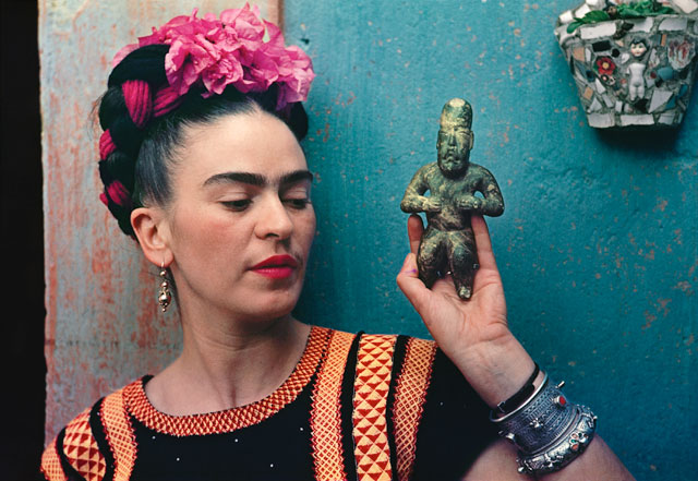 Frida Kahlo with Olmec figurine, 1939, photograph by Nickolas Muray. © Nickolas Muray Photo Archives.