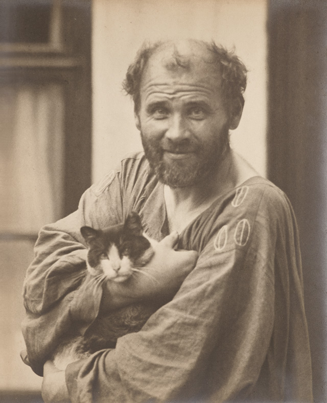 Gustav Klimt with cat. Photograph, 27.9 × 21.8 cm. Klimt-Foundation, Vienna. Photo: Klimt-Foundation, Vienna.