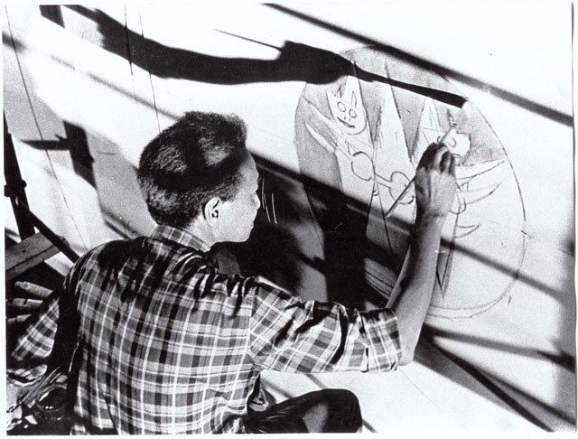 Wifredo Lam working on the cental figure for Collective Cuba – The Mural on the eve of the opening of the Salón de Mayo on 30th July. Wifredo Lam Archives © SDO Wifredo Lam.