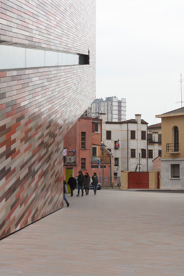 M9 Museum – Tile colours complement and reflect surrounding buildings. Photo: Jan Bitter.