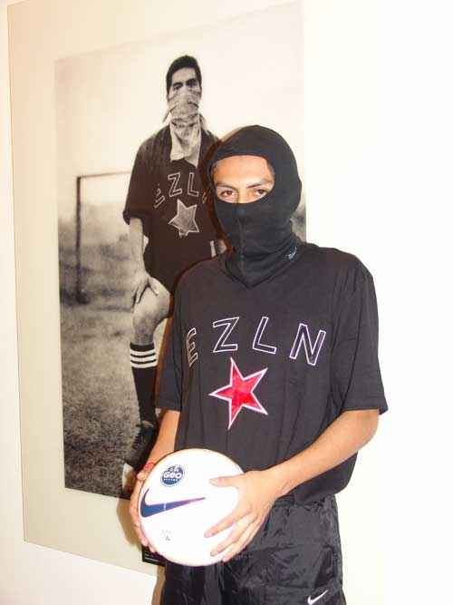 Ambra POLIDORI, 'En el campo del juego', 2005. Zapatista football player