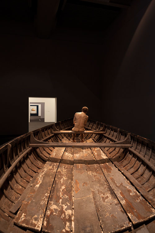 Ron Mueck. Man in a Boat, 2002 (installation view). Mixed media, 159 x 138 x 425.5 cm. Anthony d'Offay, London. Photograph: Isabella Matheus.