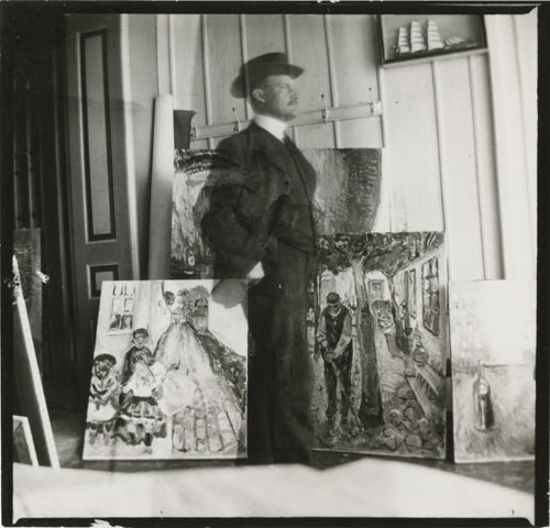 Edvard Munch. <em>Self-portrait, 53 quai Am Strom, Warnemunde,</em> 1907. Gelatin silver print, 9 x 9.4 cm. © Munch Museum/Munch-Ellingsen Group/BONO 2011. © Adagp, Paris 2011.