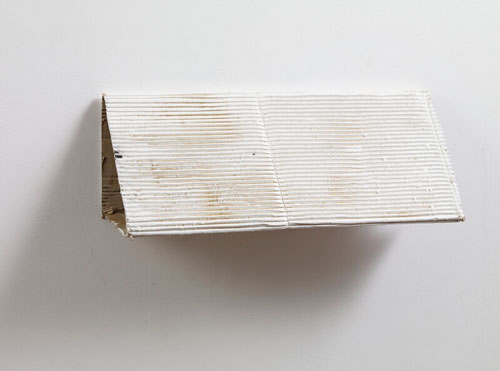 Jack Vickridge. <em>Untitled (Sand on White Slope)</em>, 2008. Cardboard, enamel paint, sand, 25 x 60 x 25 cm. Courtesy the artist and New Contemporaries.