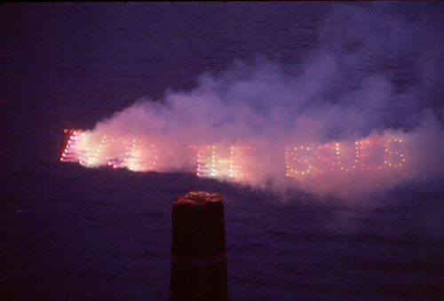 Dennis Oppenheim. Avoid the Issues, 1974. Red and green fireworks sign, potassium nitrate, 60 x 430 cm. Duration: one minute.
