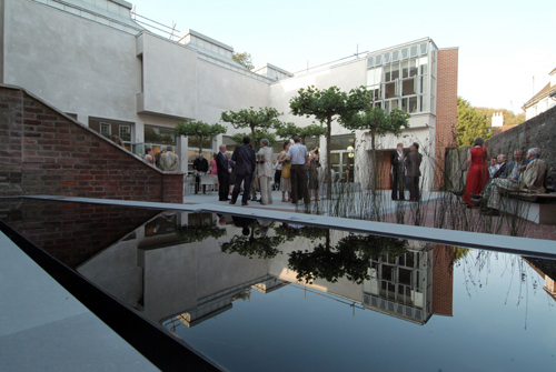 Courtyard. Photographer Anne-Katrin Purkiss (2006).