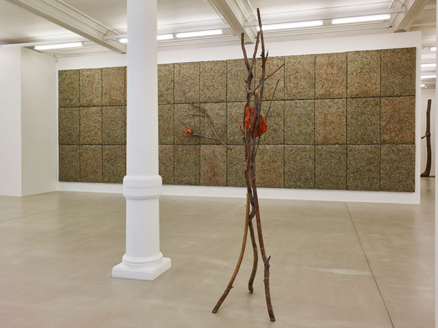 Foreground: Giuseppe Penone, Terra su terra – Volto, 2014. Bronze, terracotta,  240 x 100 x 60 cm. Background: Giuseppe Penone, Respirare l'ombra, 2008. Metallic wire, laurel leaves, bronze, variable elements, dimensions variable. Courtesy of Marian Goodman Gallery.